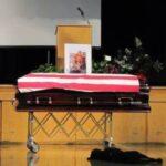 MAIS VALE UM CACHORRO AMIGO QUE UM AMIGO…: Cachorro de soldado do Navy SEAL acompanha velório do dono ao lado do caixão