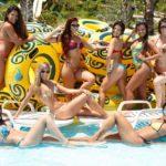 Bailarinas se divertem no parque aquático e exibem corpos sarados