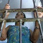 EITCHA JUSTIÇA BOA !!! : Uma mulher de 74 anos ficou presa por mais de 30 horas por atrasar o pagamento da pensão alimentícia dos netos.