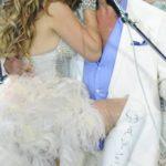 Roberto Carlos dança 'Ai se eu te pego' e beija Chayene na boca em especial de fim de ano