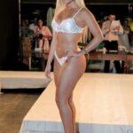 Ex-panicat exibe corpo escultural em desfile de lingerie. Confira fotos!