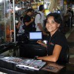 ESSE É MEU BRASIL VARONIL : Agente de turismo que se comunica em 5 idiomas é descoberta na faxina