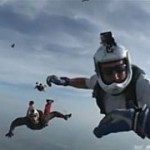 Paraquedista desmaiado é resgatado por colegas em pleno ar