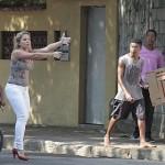 Bonita e de salto alto, policial saca arma e surpreende supostos criminosos no Rio