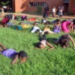 """ENQUANTO TIVER EM GRAMA, TUDO BEM : Pastor evangélico faz fiéis comerem grama """"para se aproximarem de Deus"""""""