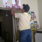 Eleitores de Gervásio protestam e queimam seu material de campanha