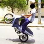 OLHA A BRINCADEIRINHA AÍ GENTEM :Jovem cai de moto e é atropelado enquanto empinava veículo na Grande JP; vídeo
