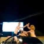 EM BRASILIA JÁ TÁ TUDO ASSIM : Mulheres são flagradas andando nuas penduradas em carro