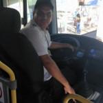 UMA PEQUENA ATITUDE DE GRANDEZA : Motorista desce de ônibus para ajudar cego atravessar a rua