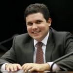 MEDALHA DE LATA  ; Para beneficiar empresários, Hugo Motta apresenta lei que prejudica quem limpa banheiros