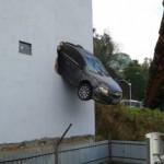 FARTOU FREIO : Motorista acelera e carro fica pendurado em garagem de Colatina