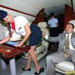 E GLÓRIA DEU NAS ALTURAS  Comissária fatura R$ 4 milhões dando o xibiu aos passageiros no banheiro do avião