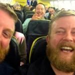 """Passageiro encontra """"irmão gêmeo"""" em voo e tira selfie"""