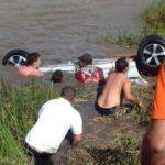 Três adultos e uma criança morrem após veículo cair em açude da PB
