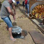 CRIATIVIDADE : 'Bode no buraco' faz sucesso na cidade de Prata e atrai turistas