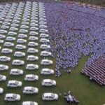 SERÁ QUE ASSINOU A CARTEIRA DE TRABALHO : Por bom desempenho, bilionário dá de presente 400 apartamentos e 1000 carros para seus funcionários