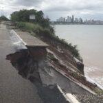 Chuvas e erosão na barreira aceleraram o processo de deslizamento.
