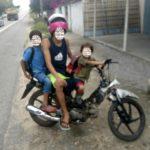 SE É PROIBIDO, AQUI TA TODO MUNDO FODIDO : PRF flagra adolescente transportando duas crianças sem capacete em moto, na Paraíba