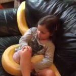 ENCANTADORA DE COBRAS : Menina de quaro anos assiste Tv com sua cobra  de estimação