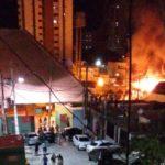 Barracas pegam fogo no Parque do Povo. Veja as imagens