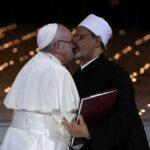 UMA QUESTÃO DE ANGULO : Foto que sugere beijo do papa Francisco em líder muçulmano viraliza