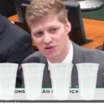Com R$ 100 e 5 copos, jovem deputado da aula sobre previdência na CCJ e vídeo viraliza