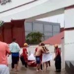Ilhados e pelados, casais são resgatados de bote após alagamento em motel; VEJA VÍDEO