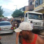 EM ITATUBA CAMINHÃO DESGOVERNADO ATINGE MOTOS E CRIANÇA