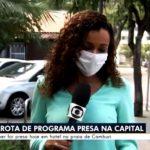 Repórter tem crise de riso ao noticiar que mulher foi presa pelada por tráfico