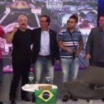 IÚ , IÚ, IÚ, TODO MACONHEIRO DÁ O SUL : Com Sikêra Jr, Flávio e Eduardo Bolsonaro dançam e cantam na TV
